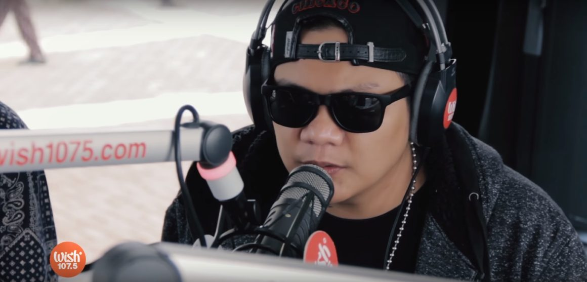 Smugglaz performs Nakakamiss at Wish 107.5 Bus together with Curse One, Dello and Flick-G